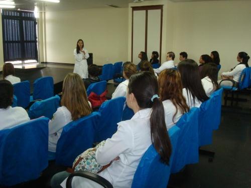 Estudantes com a gerente do NRAD: início dos trabalhos