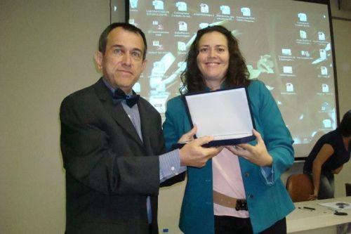 Prof. Dr. Elioenai recebe a homenagem da Profa. Dra. Solange Baraldi, organizadora da 75a SBEN da UnB
