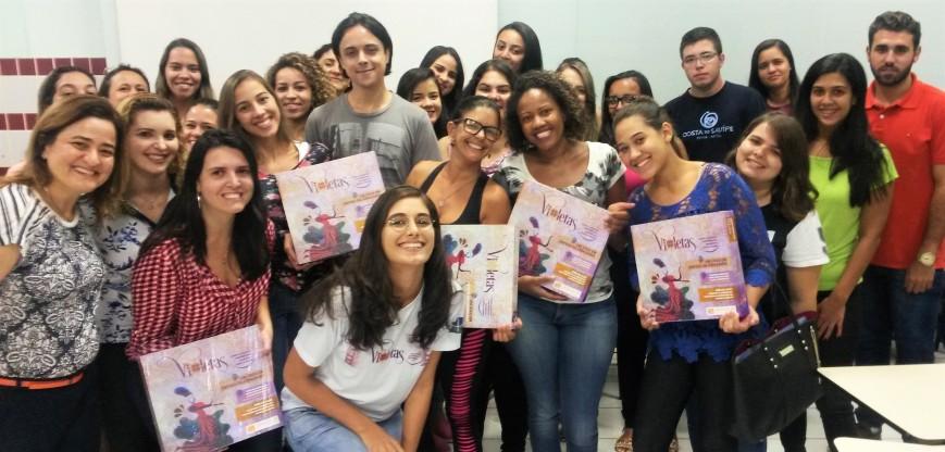 Estudantes e professores da Universidade Católica de Brasília posam para foto após as partidas de VIOLETAS