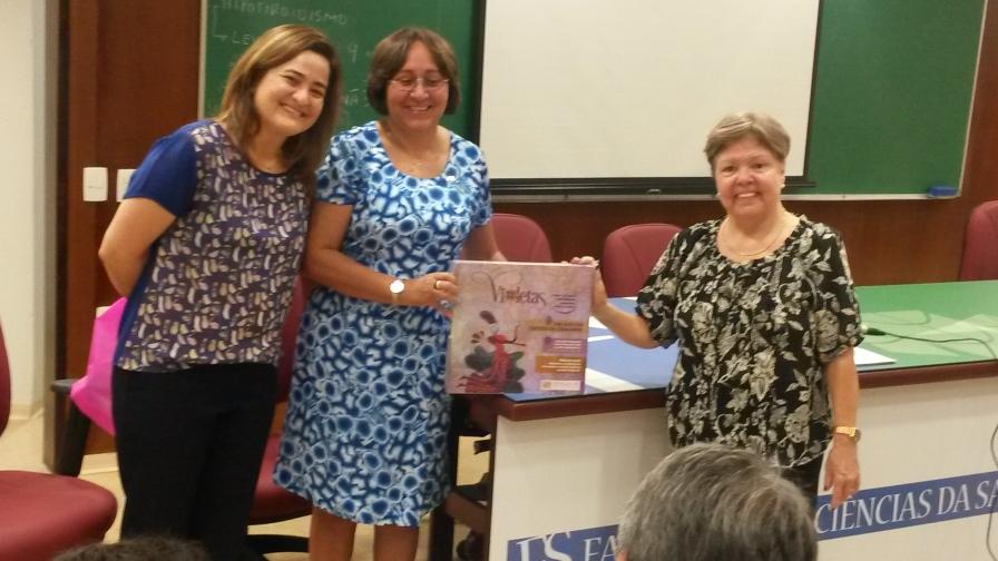 Profas. Dras. Maria Raquel Pires, Maria de Fátima Souza e Maria Cecília Minayo na entrega do VIOLETAS