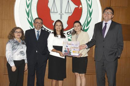 Representantes dos núcleos de Gênero Pro-Mulher, do Ministério Público do Ceará, recebem exemplares do VIOLETAS