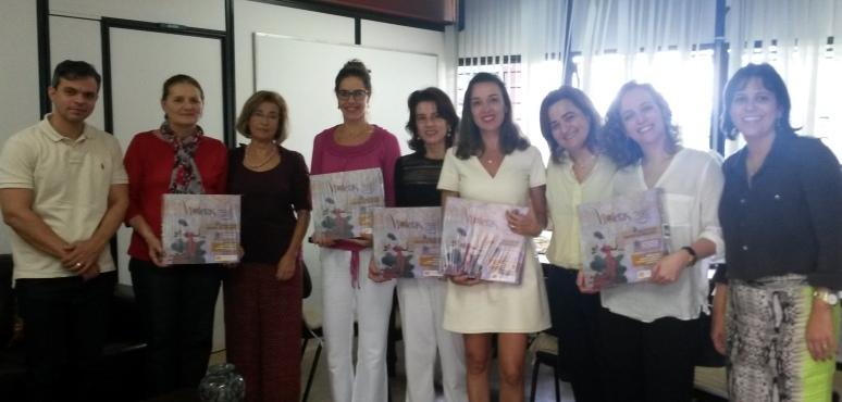 Instituições que compõem o fórum em defesa à Lei Maria da Penha recebem VIOLETAS