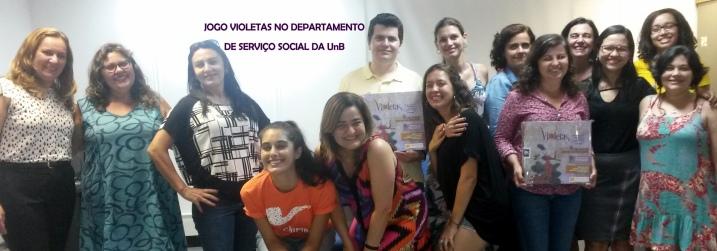 Docentes e discentes do departamento de serviço social recebem exemplares do VIOLETAS.