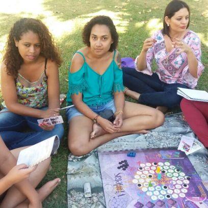 Coletivos Nós_por_Nós jogam violetas ao ar livre